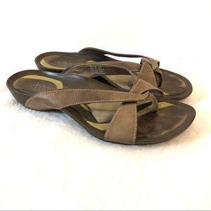 Clarks Artisan Brown Leather Flip Flop Sandals 8